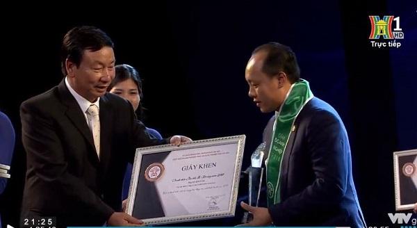 Đêm doanh nghiệp 2019: Ông Hà Kim Tâm - Chủ tịch Công ty Luật Onekey & Partners vinh dự được vinh danh