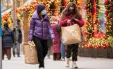 Cắt giảm chi tiêu cho kỳ nghỉ, nhiều đại gia dành tiền làm từ thiện